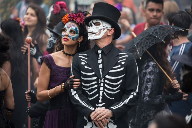 Estrella-Stephanie-Sigman-and-Bond-Daniel-Craig-in-the-crowds-of-El-Dia-de-los-Muertos-procession